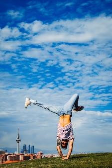 B-boy effectuant quelques mouvements. breakdancer dans la ville moderne
