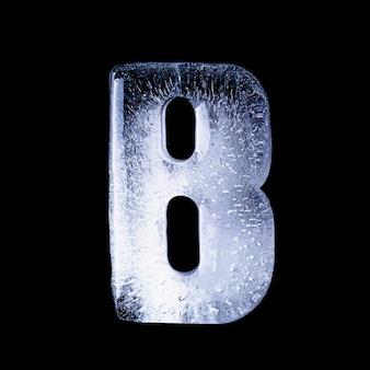 B l'eau gelée sous la forme de l'alphabet isolé sur fond noir