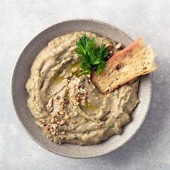 Baba ghanoush baba ganoush ou houmous d'aubergine cuisine traditionnelle du moyen-orient vue de dessus copie espace