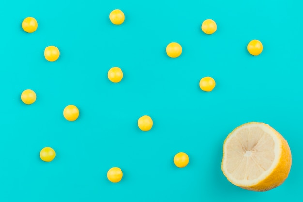 Babioles jaunes près de citron