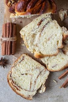 Babka ou pain brioché à la cannelle et au sucre