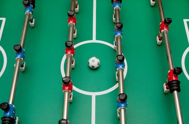 Baby-foot, vue de dessus. jouer à la balle.