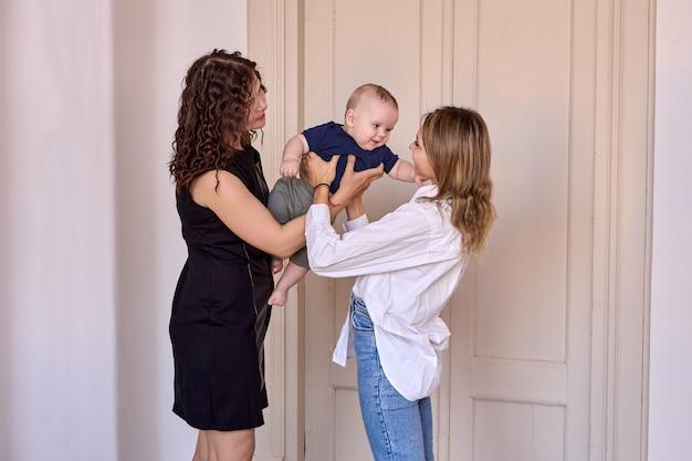 La baby-sitter tient le nourrisson pendant que la mère le quitte avant le travail