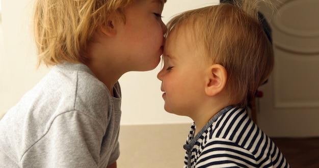 Babygirl et babyboy s'embrasser