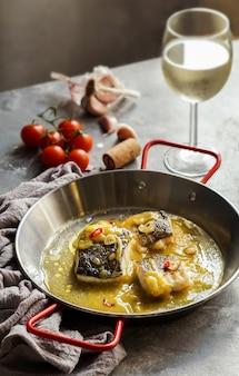 Bacalao al pil pil, morue salée à la sauce émulsionnée à l'huile d'olive, cuisine espagnole, pays basque