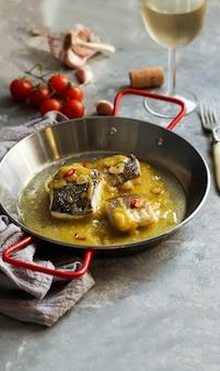 Bacalao al pil pil, morue salée à la sauce à l'huile d'olive émulsionnée, cuisine espagnole, pays basque