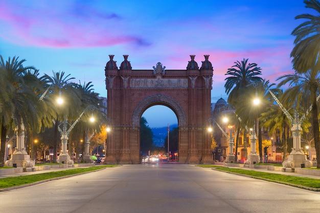 Bacelona arc de triomf de nuit dans la ville de barcelone en catalogne, en espagne.