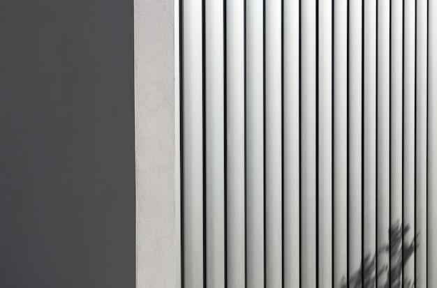 Backgroung gris avec des bandes d'aluminium