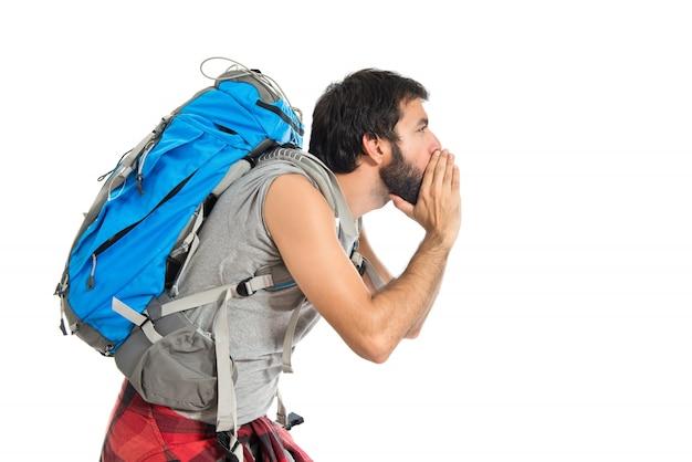 Backpacker criant sur fond blanc isolé