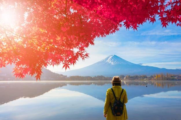 Backpacker debout avec une belle vue sur le mtfuji en automne au japon
