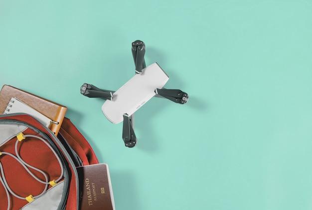 Backpacker drone travel gadgets in backpack avec accessoires de voyage