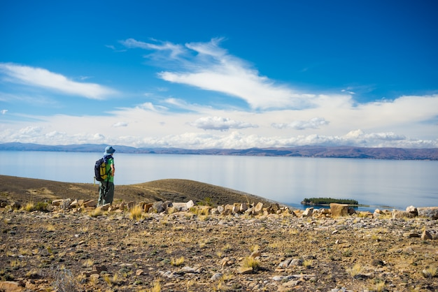 Backpacker explore les majestueux sentiers de l'inca sur l'île du soleil, le lac titicaca, l'une des destinations les plus pittoresques de bolivie. voyage aventures et vacances dans les amériques.
