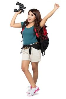 Backpacker femelle partir en vacances avec sac à dos et jumelles