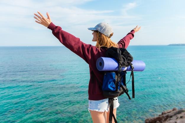 Backpacker jolie fille se sentir libre