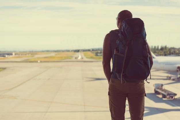 Backpacker près de la fenêtre à l'aéroport