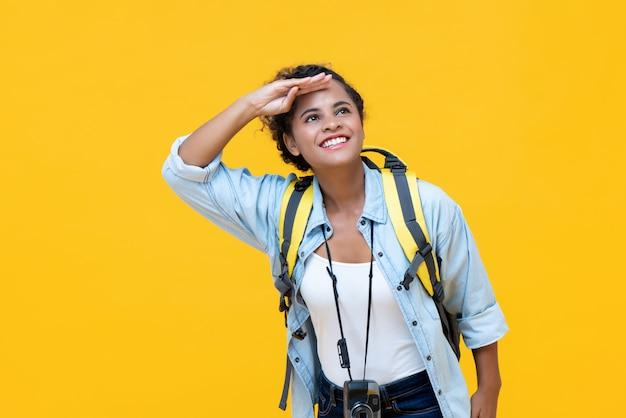 Backpacker de tourisme femme à la recherche de suite avec la main sur le front