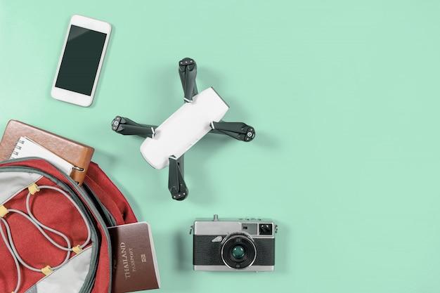 Backpacker touristique voyage gadgets et objets dans sac à dos avec drone et caméra vlogger objets