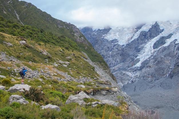 Backpackers voyage au parc national aoraki mount cook, en nouvelle-zélande