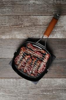 Bacon frit sur la poêle