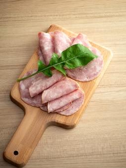 Bacon sur une planche à découper ronde