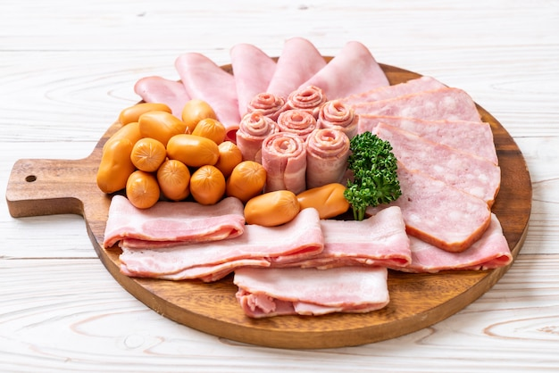 Bacon, saucisse, jambon fumé et bacon barbecue