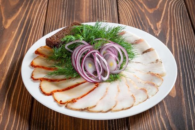 Bacon avec des toasts russes de pain noir et oignon rouge