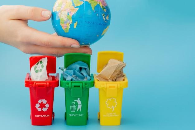 Bacs de recyclage avec symboles de recyclage