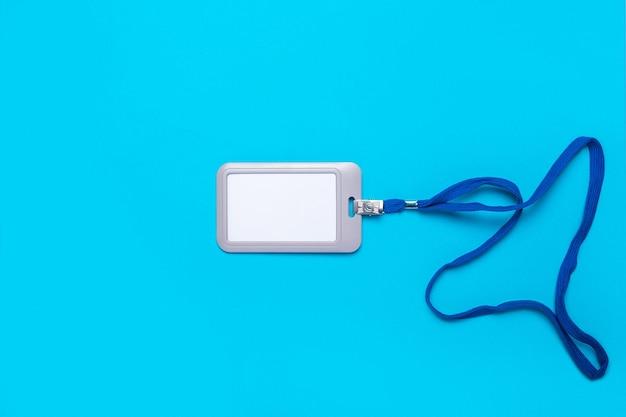 Badge vierge avec cordon de serrage sur une surface bleu clair