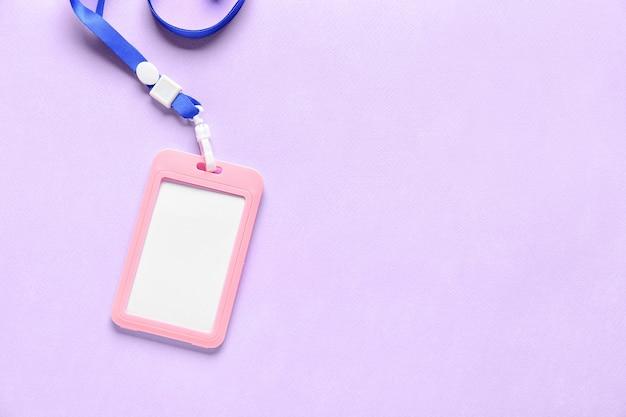 Badge vierge sur la couleur