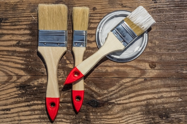 Badigeonner le couvercle sous la peinture, fond en bois avec espace de copie.