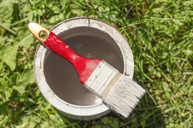 Badigeonner avec de la peinture sur l'herbe verte