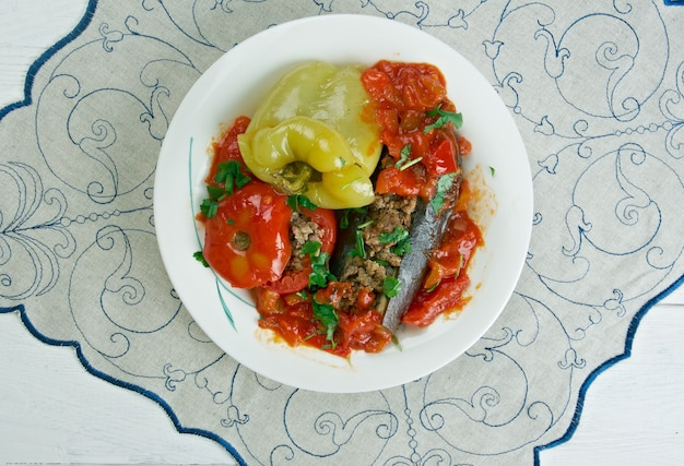 Badimcan, biber, pomidor dolmasi - aubergines farcies, poivrons et tomates. dolma populaire à travers l'azerbaïdjan.