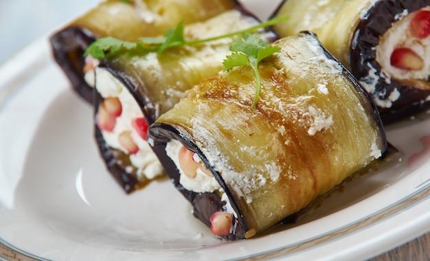 Badrijai nigvzit, cuisine géorgienne, des tranches d'aubergines cuites de la pâte de noix, de vinaigre et d'épices sont étalées sur les tranches d'aubergines, qui sont ensuite roulées.