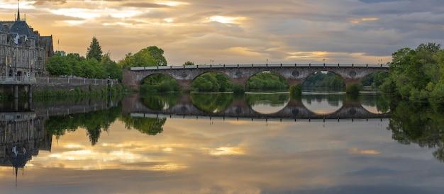 Baeautiful perth bridge crossing river tay dans le crépuscule avec réflexion perth ecosse
