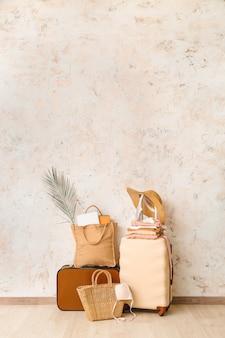 Bagages emballés près du mur léger. concept de voyage