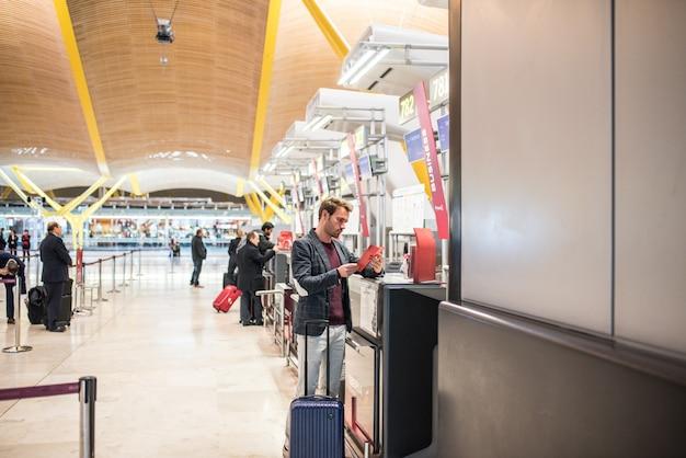 Bagages d'enregistrement homme à l'aéroport