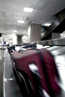 Bagages en mouvement sur tapis roulant