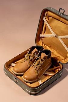 Bagages ouverts avec des chaussures