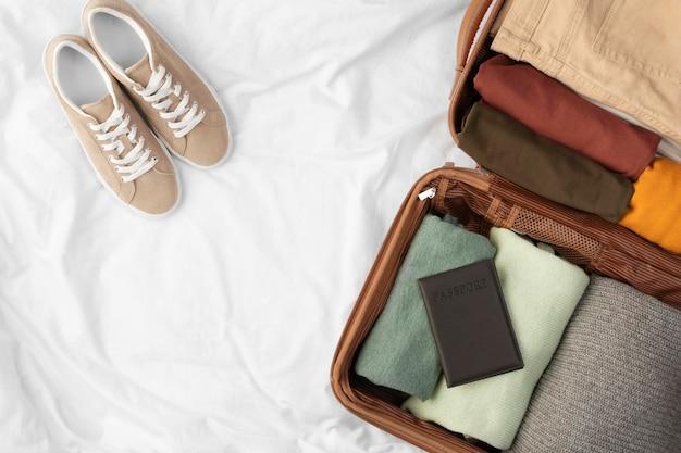 Bagages ouverts avec des vêtements pliés et des chaussures
