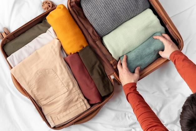 Bagages ouverts avec vêtements pliés