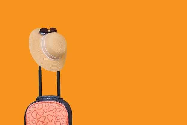 Bagages ou valises élégantes, a, verre isolé sur fond de couleur orange. voyage vacances et concept de transport.