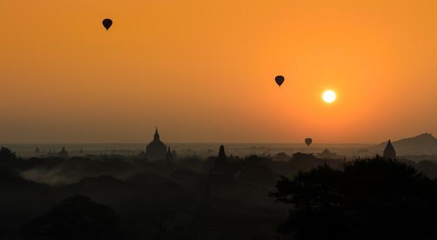 Bagan au lever du soleil avec des montgolfières, myanmar