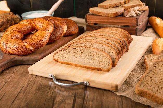 Bagel savoureux avec des tranches de pain