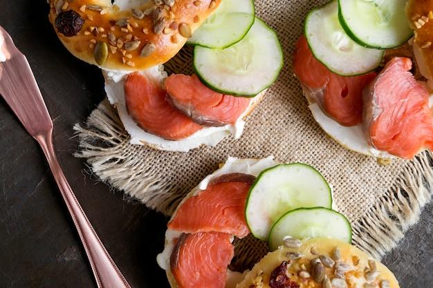Bagels au fromage à la crème et au saumon fumé sur fond noir