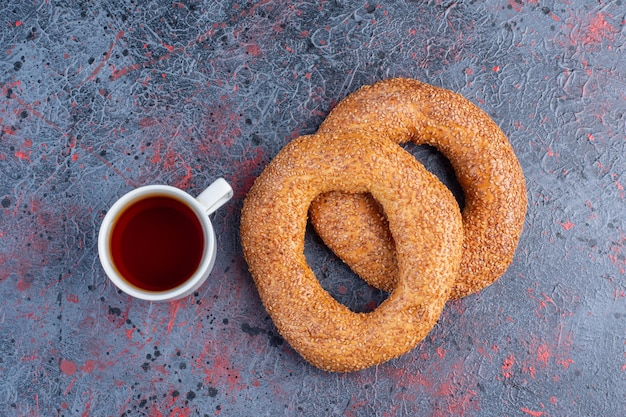 Bagels au sésame avec une tasse de thé.