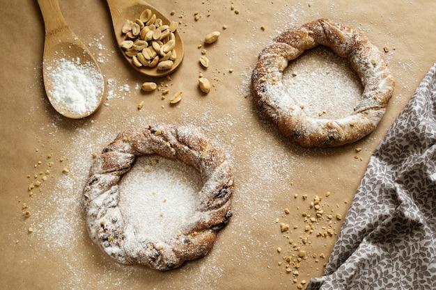 Bagels aux cacahuètes et au chocolat sur papier sulfurisé
