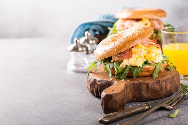 Bagels aux oeufs brouillés, rucola et bacon frit