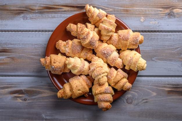 Bagels de biscuits faits maison de pâte de fromage cottage sur la vue de dessus de surface en bois close up space