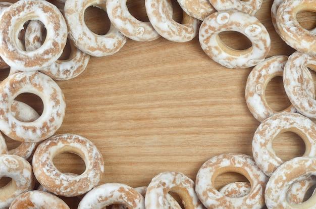 Bagels glacés sur table en bois
