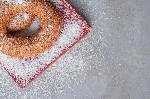 Bagels sur un plateau recouvert de poudre de noix de coco sur marbre